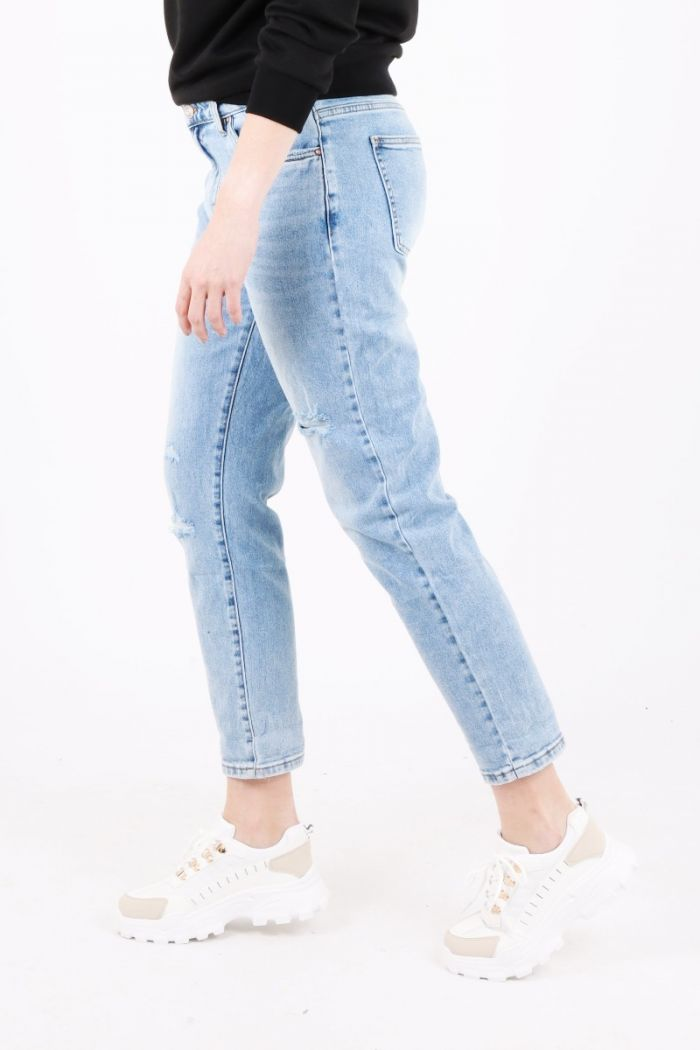Mom jeans met scheuren VS Miss